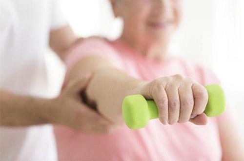 فیزیوتراپی چه کمکی به بهبودی فلج دست و پا میکند؟